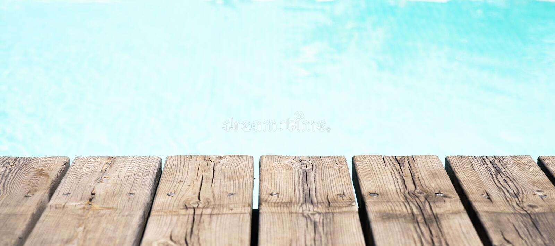 Vue détaillée d'un plancher et d'une piscine en bois photographie stock libre de droits