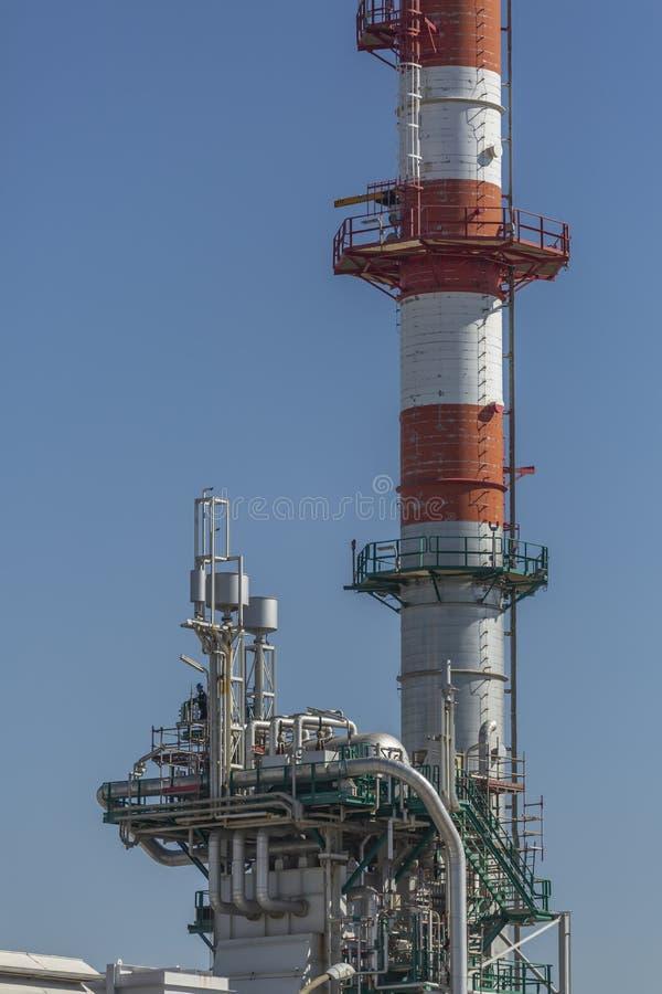 Vue détaillée de partie, complexe industriel de raffinerie de pétrole image libre de droits
