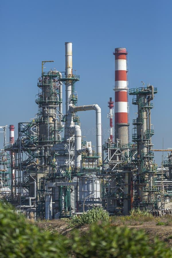 Vue détaillée de partie, complexe industriel de raffinerie de pétrole image stock