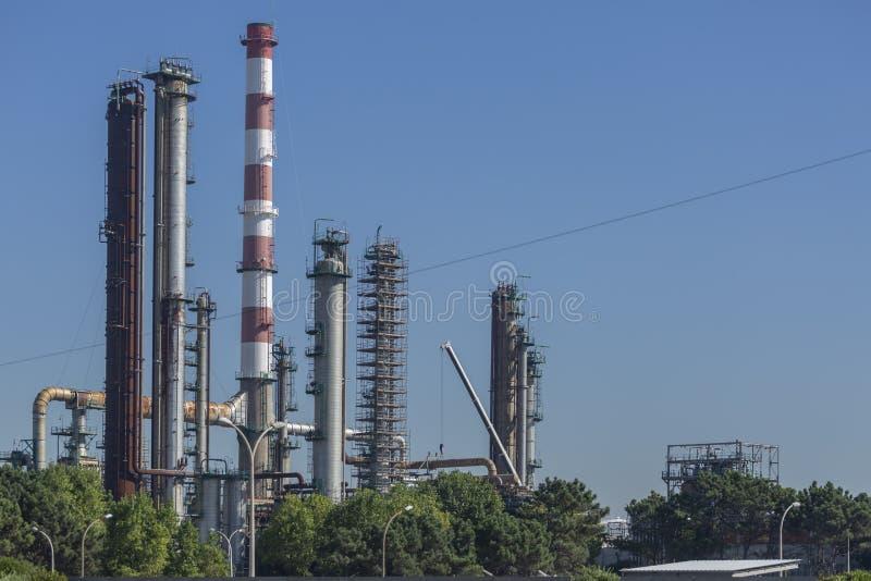 Vue détaillée de partie, complexe industriel de raffinerie de pétrole images libres de droits