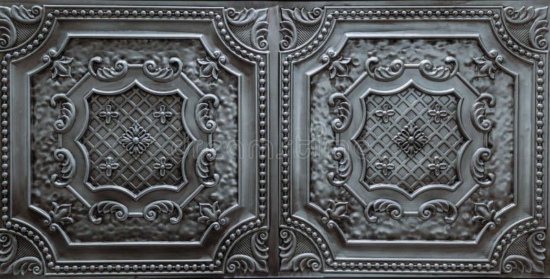 Vue détaillée de plan rapproché d'argent foncé, tuiles métalliques et intérieures de décoration de plafond images libres de droits