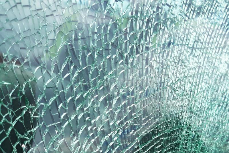 Vue détaillée de texture d'un verre de fenêtre de voiture cassé et slivered image stock