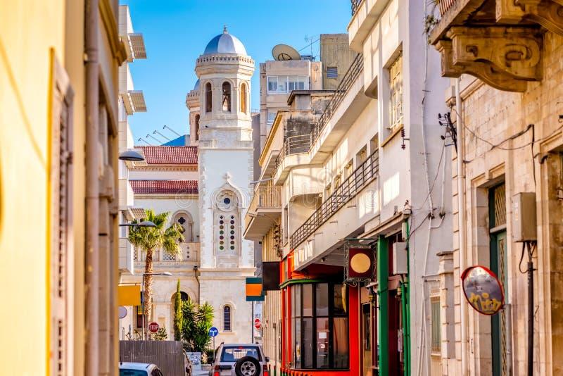 Vue d'église d'Ayia Napa par une rue dans la vieille ville Limassol, Chypre photos stock
