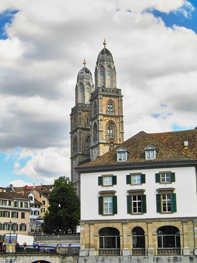 Vue d'église de Grossmunster dans la vieille ville de Zurich, dans le jour nuageux images libres de droits