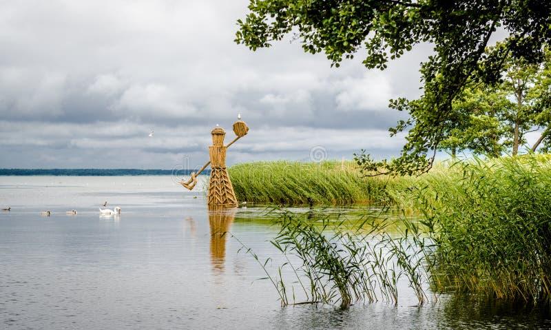 Vue d'été à la lagune de Curonian photos stock