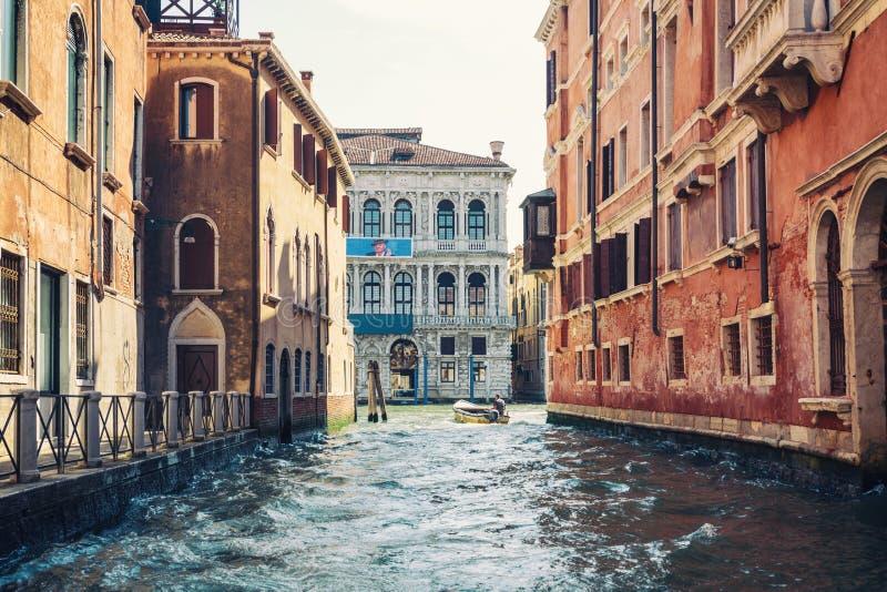 Vue d'été de Venise avec les canaux célèbres de l'eau et coloré le sien photos libres de droits
