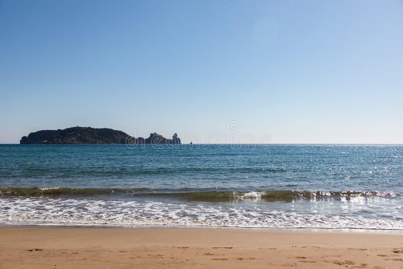 Vue d'île de la plage le jour ensoleillé - îles de Medes photos stock