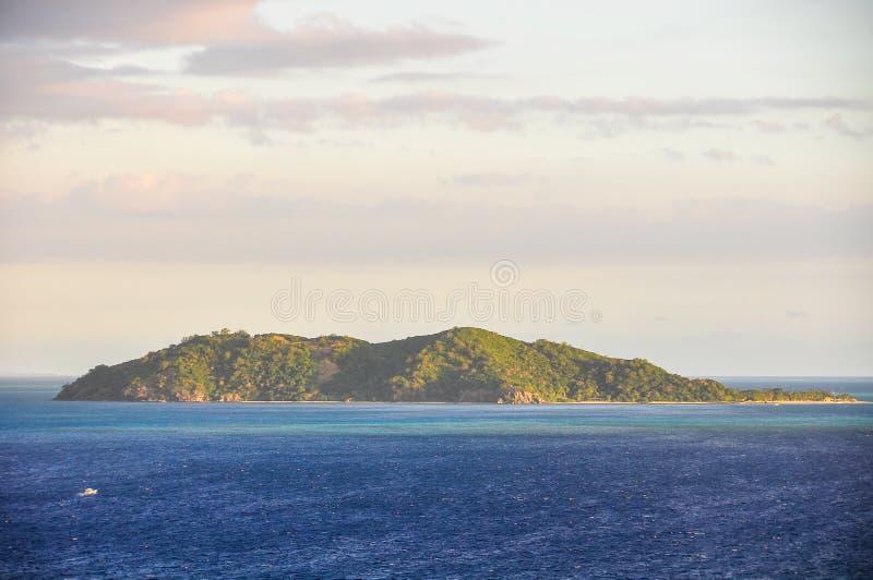 Vue d'île rejetée aux Fidji images stock