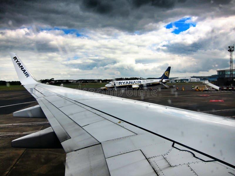 Vue d'aéroport du plan de Ryanair photos libres de droits