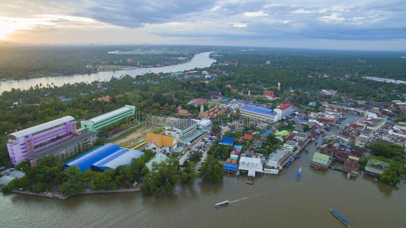 Vue d'Aerail du canal et du les plus populaires TR d'amphawa de rivière de klong de mae images stock