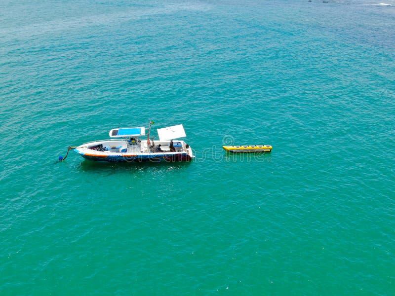 Vue d'Aeria de bateau de pêche sportive avec l'attache de tour de bateau de banane sur le dos images stock