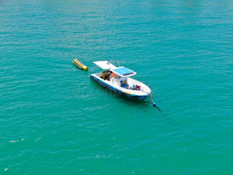 Vue d'Aeria de bateau de pêche sportive avec l'attache de tour de bateau de banane sur le dos image stock