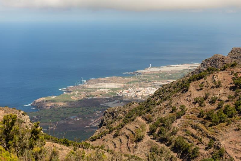 Vue d'alto de Teno à la belle ville de Buena Vista les pentes entre la côte et haute montagne du massif couvert de bosquets de photo stock