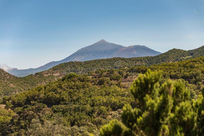 Vue d'alto de Teno à la belle ville de Buena Vista les pentes entre la côte et haute montagne du massif couvert de bosquets de image stock