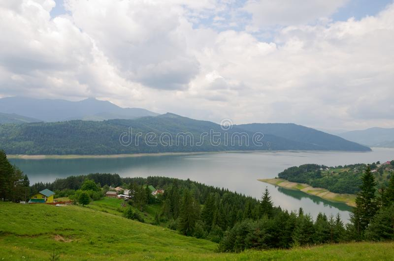 Vue d'amont du barrage de Bicaz, village de Ruginesti photographie stock