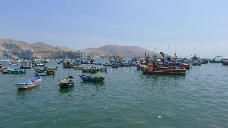 Vue d'Ancon des bateaux de pêche rustiques dans l'océan pacifique images libres de droits