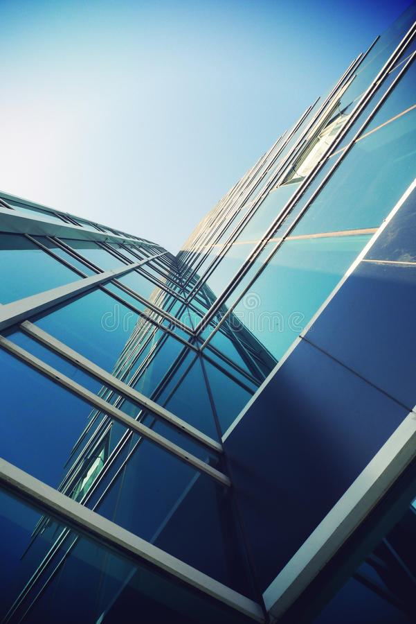 Vue d'angle faible d'un gratte-ciel photographie stock libre de droits
