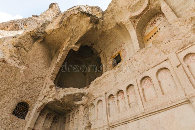 vue d'angle faible de belle église de caverne en parc national de goreme, photos stock