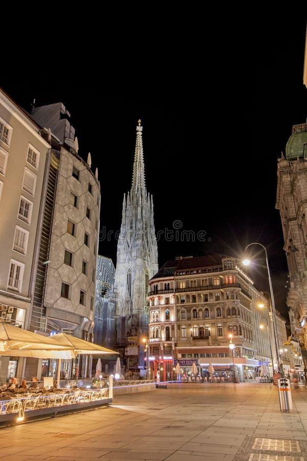 Vue d'angle faible de cathédrale lumineuse du ` s de St Stephen pendant la nuit à Vienne, Autriche photographie stock