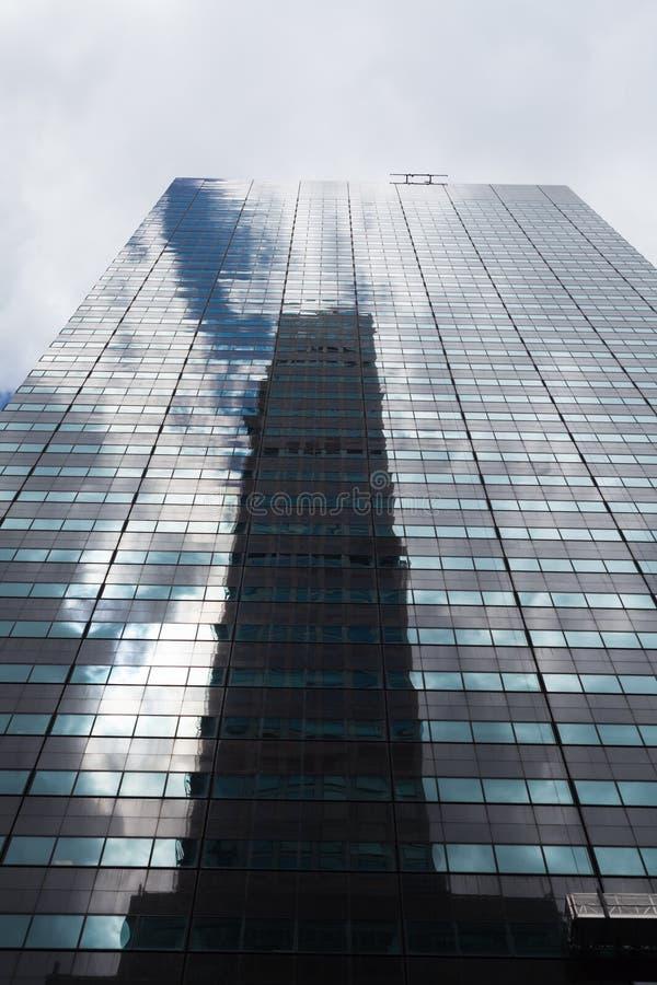 Vue d'angle faible de gratte-ciel avec des réflexions, New York City image libre de droits