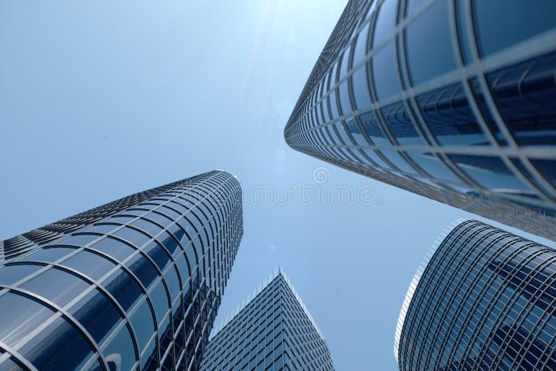 vue d'angle faible de l'illustration 3D des gratte-ciel Gratte-ciel à dans le jour recherchant la perspective Vue inférieure des  photographie stock libre de droits