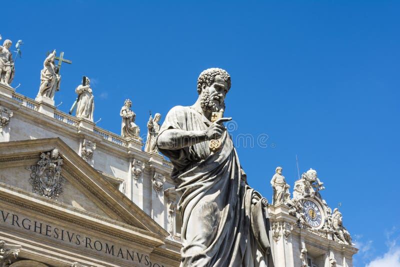 Vue d'angle faible de la statue de St Peter en place du ` s de St Peter, Ville du Vatican photo stock