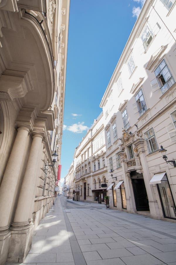 Vue d'angle faible de mille de achat de zone piétonnière dans le secteur du centre à Vienne, Autriche photo stock