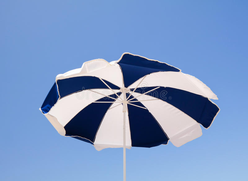 Vue d'angle faible de parapluie de plage photo libre de droits