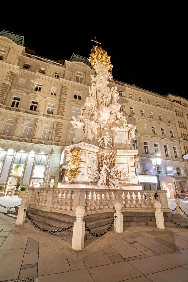 Vue d'angle faible de Pestsaule contre le bâtiment à la rue de Graben à Vienne, Autriche photos stock