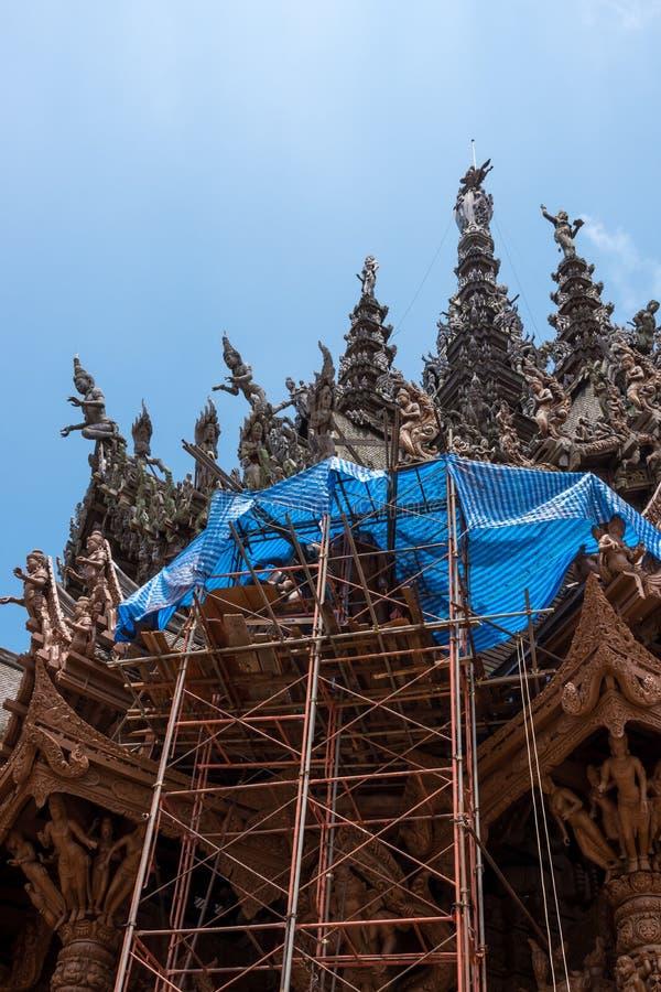 Vue d'angle faible de site de restauration sur l'extérieur de côté du sanctuaire de la vérité, Thaïlande photographie stock libre de droits