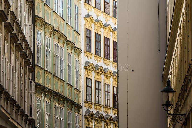 Vue d'angle faible de vieux bâtiments résidentiels image stock