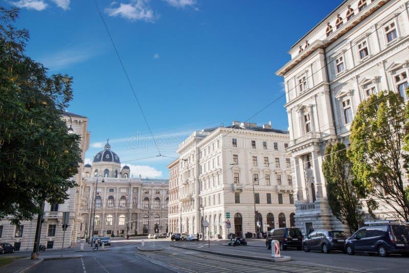 Vue d'angle faible des bâtiments historiques à la journée à Vienne, Autriche photographie stock libre de droits