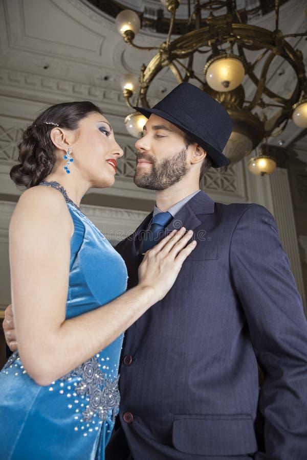 Vue d'angle faible des danseurs effectuant le tango photo libre de droits