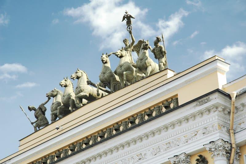 Vue d'angle faible des statues de Quadriga sur le bâtiment d'état-major, palais d'hiver, musée d'ermitage d'état, St Petersburg photographie stock libre de droits