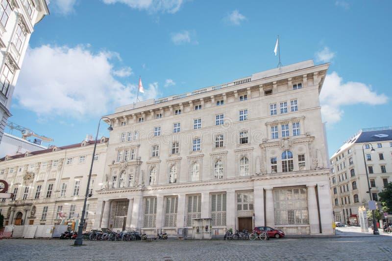 Vue d'angle faible du bâtiment historique de la Cour Constitutionnelle dans le secteur du centre de Vienne, Autriche photos stock