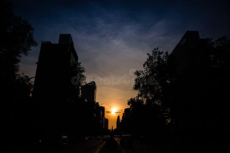 Vue d'angle faible du soleil plaçant au-dessus de Mexico image stock