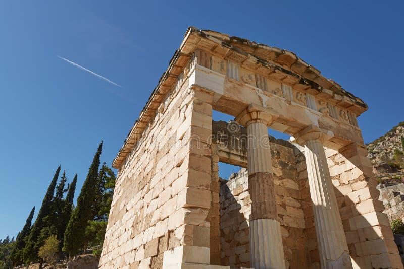 Vue d'angle faible du trésor athénien à Delphes, Grèce dans un s photographie stock