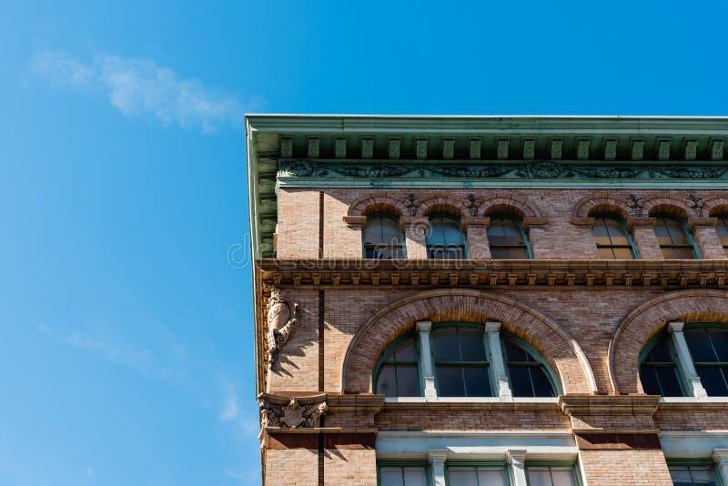 Vue d'angle faible du vieux bâtiment industriel à New York photo stock