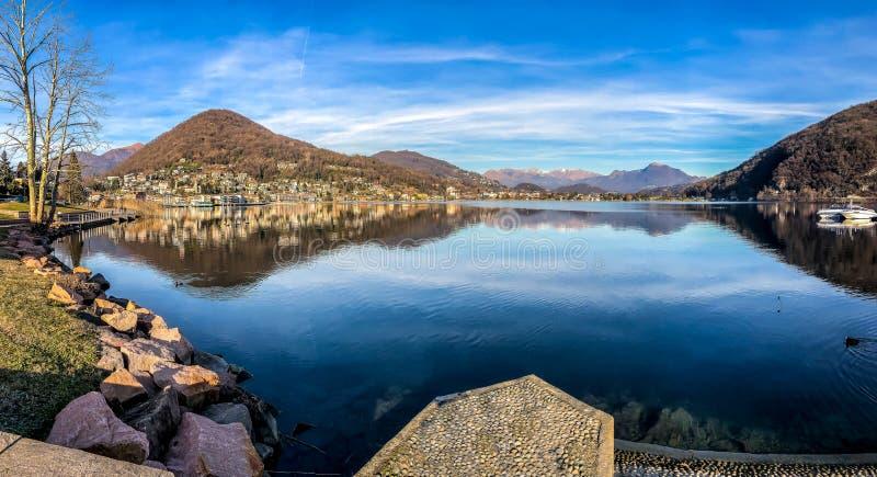 Vue d'Anoramic de lac Lugano dans Lavena Ponte Tresa, province de Varèse, Italie images libres de droits
