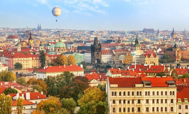 Vue d'aperçu de Prague La vieille ville et le pont de Charles photographie stock