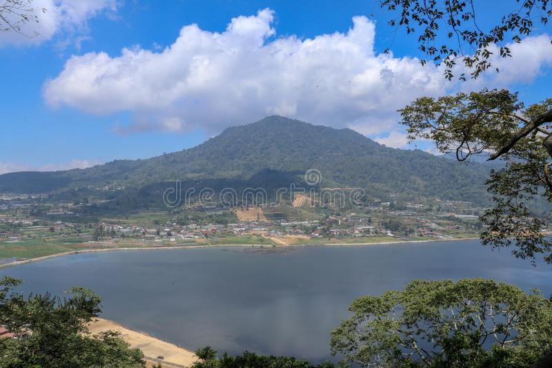 Vue d'arête de montagne vers le lac Buyan sur l'île de Bali en Indonésie Végétation tropicale luxuriante et arbres grands sur une photo stock