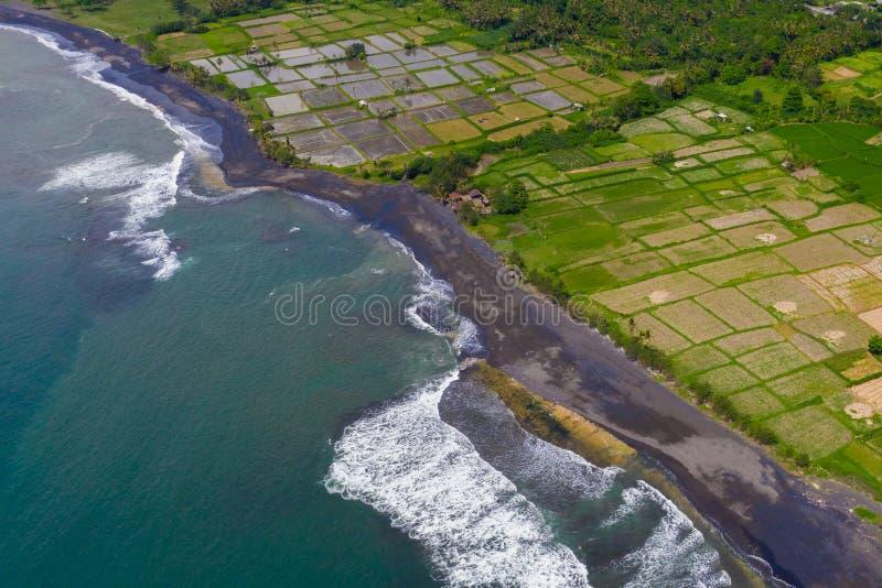 Vue d'Arial de plage sablonneuse volcanique noire dans Bali, Indonésie photographie stock