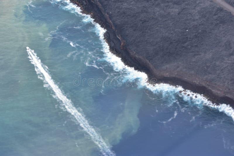 Vue d'Arial du volcan de Kilauea d'Hawaï versant dans l'océan pacifique photo libre de droits