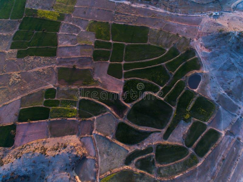 Vue d'Ariel des terres de ferme et de secteur rocheux image libre de droits
