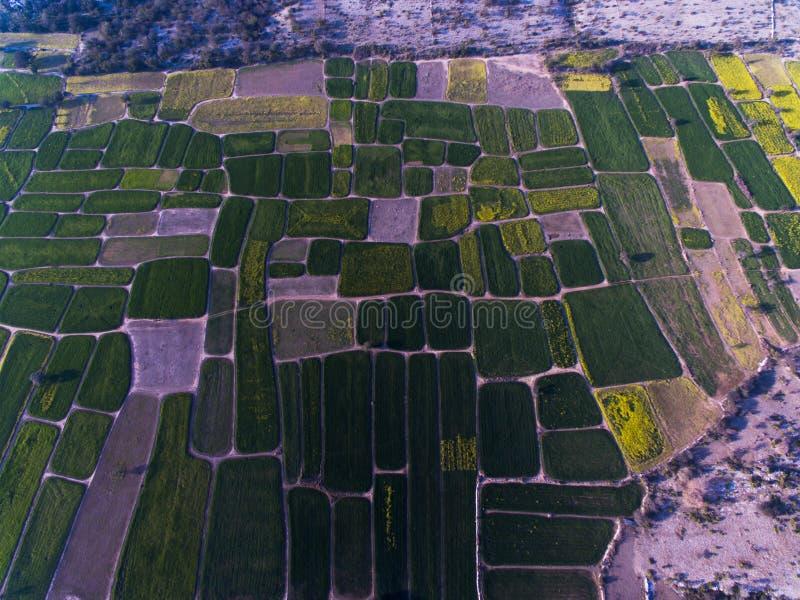 Vue d'Ariel des terres de ferme et de secteur rocheux photos stock