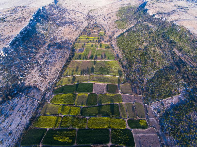 Vue d'Ariel des terres de ferme et de secteur rocheux images libres de droits