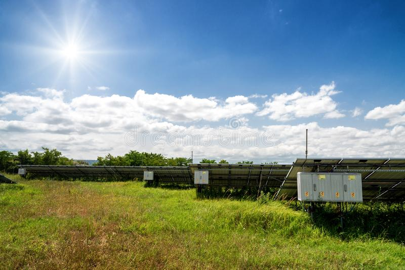 Vue d'arrière des panneaux solaires, photovoltaics photographie stock libre de droits