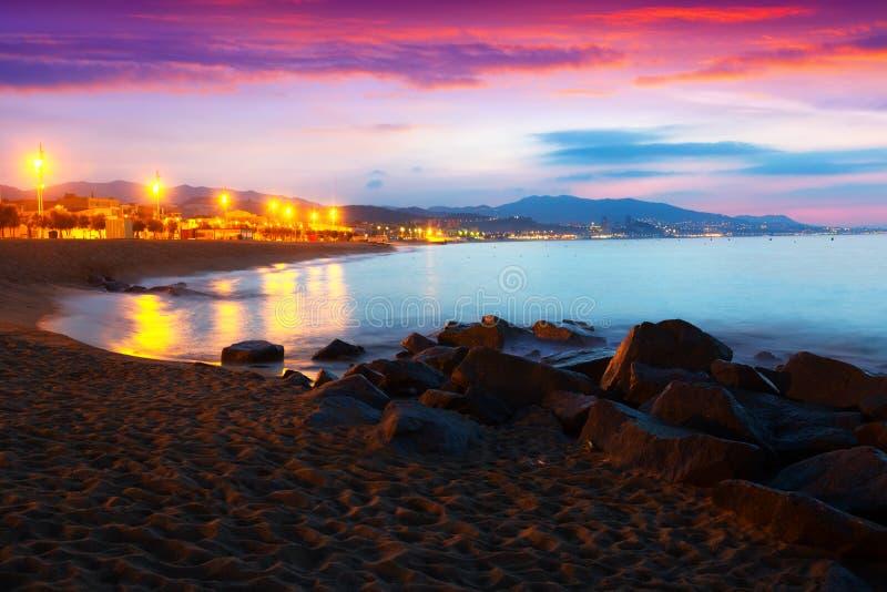 Vue d'aube de plage de sable à Badalona image stock