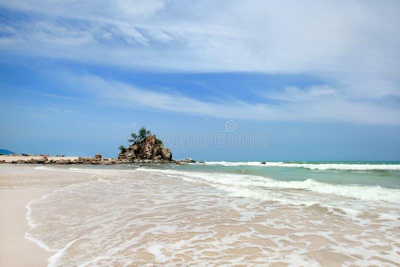 Vue d'aube de plage de sable avec des roches photo stock