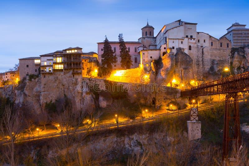 Vue d'aube des maisons accrochantes à Cuenca images stock